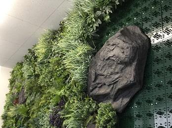 """Decoplaとは? 弊社で開発された""""デコプラ""""はイミテーションプランツ(造花)を使って壁面を緑化する専用の商品です。"""